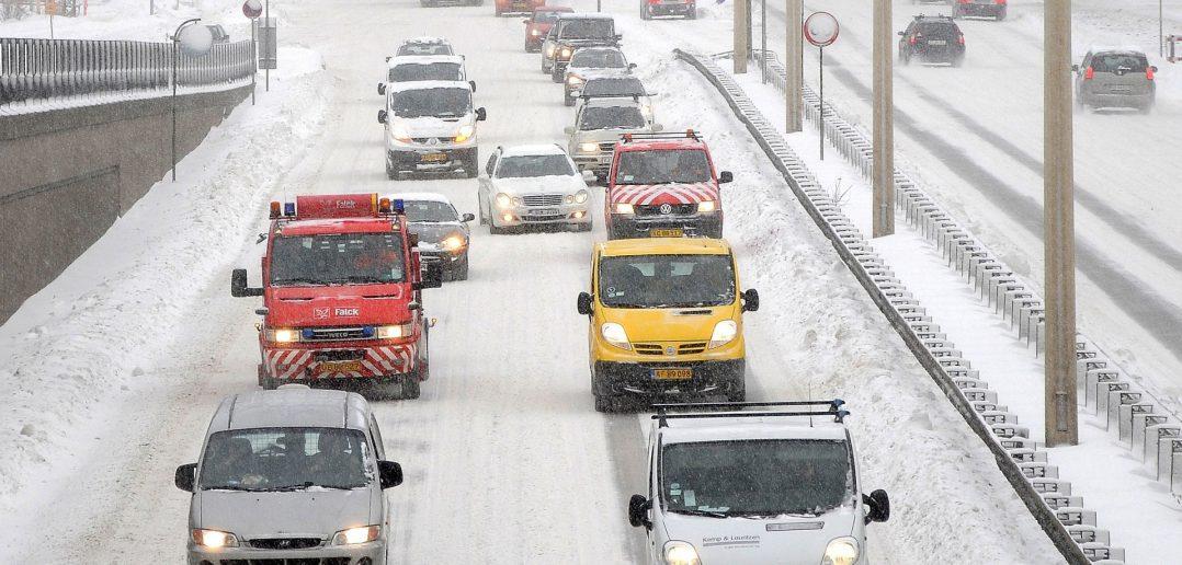 Vinter-med-varebiler-og-tra.jpg