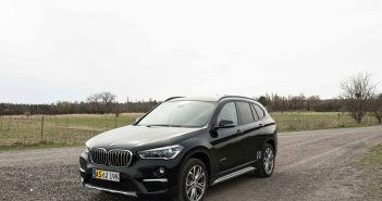 BMW-X1-skraa-asfalt-16.jpg